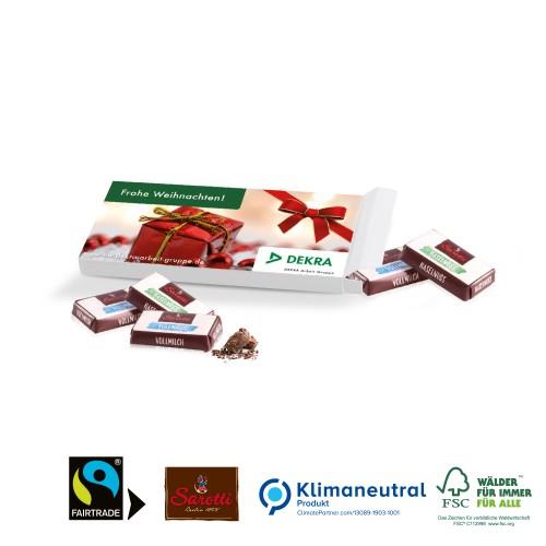 czekoladki w opakowaniu z logo